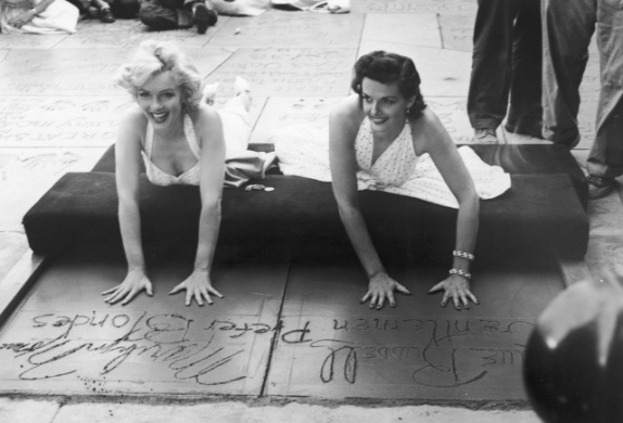 marilyn_monroe_with_jane_russell_for_gentlemen_prefer_blondes_handprint_signing_graumans_chinese_theatre_hollywood_26_june_1953__TnLeB10.sized