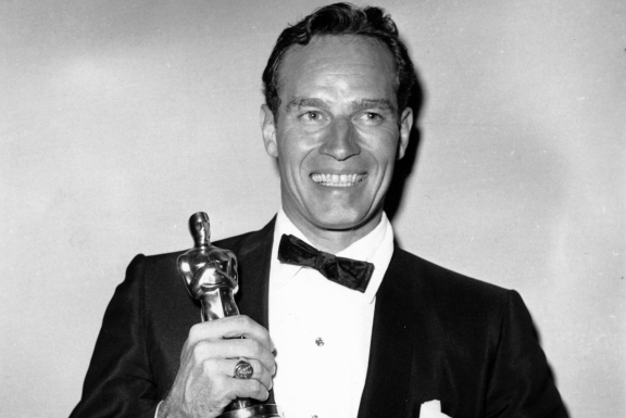 "**FOR USE AS DESIRED WITH YEAR END - FILE** In this April 4, 1960 file photo, Charlton Heston poses with his Oscar statuette at the 32nd Annual Academy Awards held at the RKO Pantages Theater in Los Angeles, Ca. Heston, who won the 1959 best actor Oscar as the chariot-racing ""Ben-Hur"" and portrayed Moses, Michelangelo, El Cid and other heroic figures in movie epics of the '50s and '60s, died Saturday April 5, 2008 according to a statement from the actor's family. He was 84 (AP Photo, FILE)"